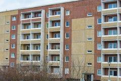 Fasad av ett panelhus från 80-tal i öst av Tyskland Arkivfoton
