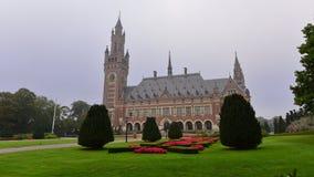 Fasad av fredslotten, en byggnad som inhyser internationella domstolen Royaltyfria Bilder
