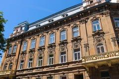 Fasad av gammal byggnad i den historiska stadsmitten Lviv Royaltyfri Foto