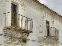 Fasad av gammal byggnad i spansk stad Arkivbild