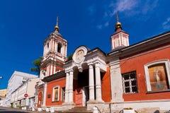 Fasad av gammal kyrklig belltower för röd tegelsten royaltyfri foto