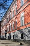Fasad av gammal röd byggnad med arkitektoniska garneringar Royaltyfria Bilder