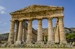 Fasad av gammalgrekiskatemplet av segestaen i Sicilien royaltyfria foton