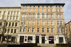 Fasad av gul bostads-/kommersiell byggnad på hörnet av Breiter Weg och Keplerstrasse i Magdeburg Arkivfoto