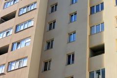Fasad av härlig mång--våning en modern byggnad med fönster och balkongnärbild Arkivbild