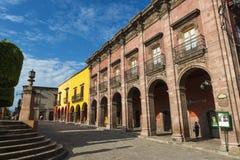 Fasad av historiska byggnader i den historiska mitten av staden av San Miguel de Allende i Mexico Royaltyfri Foto