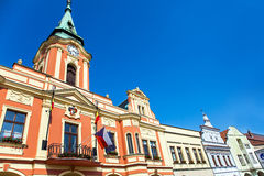 Fasad av historiska hus på marknadsfyrkanten av MÄ-› lnÃk Arkivbild