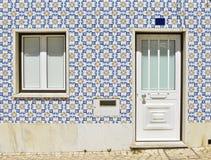 fasad av huset med tegelplattor i Portugal Arkivbilder