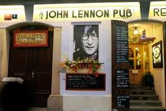 Fasad av John Lennon Pub på den Kampa ön i Prague arkivfoton