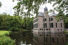 Fasad av Kasteel Oud Poelgeest en medeltida slott i Oegstgeest, Nederländerna Royaltyfri Bild