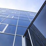Fasad av kontorsbyggnad och reflexioner av himmel Fotografering för Bildbyråer