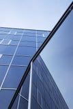 Fasad av kontorsbyggnad och reflexioner av himmel Royaltyfri Fotografi