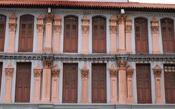 Fasad av många gamla hus i kineskvarteret, Singapore Arkivfoton