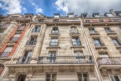 Fasad av parisisk byggnad royaltyfria bilder