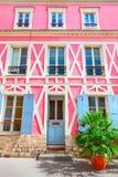 Fasad av parisisk byggnad fotografering för bildbyråer