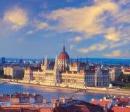 Fasad av parlamentbyggnaden över Danube River, Budapest, arkivfoto