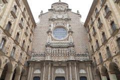 Fasad av Santa Maria de Montserrat Abbey, Catalonia, Spanien Royaltyfria Bilder