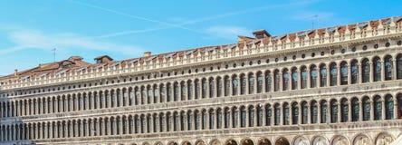 Fasad av slotten på piazza San Marco i Venedig Arkivbild