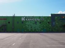 Fasad av stormarknadKarusel byggnad med abstrakt grön geometrisk triangelmodelldesign och den vita splitterny logotypen royaltyfri foto