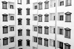 fasad av svart vit byggnad med fönster och balkongen Royaltyfria Bilder