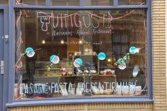 Fasad av Tuttigusti pizzeria med rosor i mitt av Utrecht, t Arkivbild