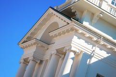 Fasad av vita byggnader i den klassiska stilen Royaltyfri Bild