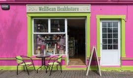 Fasad av Wellbean Healthstore i Clifden, Irland Royaltyfri Foto