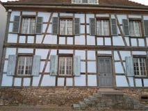 fasad för 12 67 5000 02 Alsace med trappa Arkivfoto