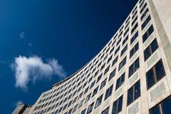 Fasad för Portland stenkontorsbyggnad mot blå himmel Arkivfoton