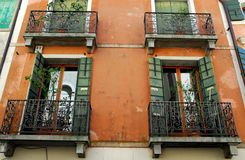 Fasad för röd tegelsten med fyra balkonger av ett hus i det Oderzo landskapet av Treviso i Venetoen (Italien) Royaltyfri Bild