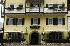 Fasad med blommor, CortinadAmpezzo, Italien Royaltyfri Fotografi