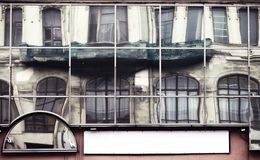 Fasad med den stora glasväggen i den historiska staden Royaltyfria Foton