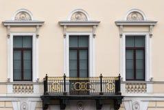 Fasad med en balkong Arkivbilder