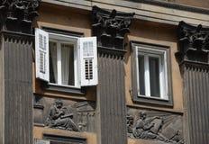 Fasad med kolonner, lättnader, fönster på Corso Italia, Trieste Royaltyfri Foto