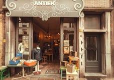 Fasad och ingång av det antika lagret med tappning och retro personal på den historiska gatan Arkivfoto