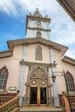 Fasad och kyrktorn av en gammal domkyrka Arkivbilder