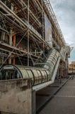 Fasad och rulltrappa av mitten Georges Pompidou i molnig dag på Paris Arkivfoto