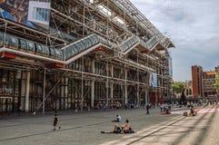 Fasad och rulltrappa av mitten Georges Pompidou i molnig dag på Paris Royaltyfri Foto