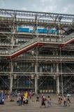 Fasad och rulltrappa på mitten Georges Pompidou i molnig dag på Paris Royaltyfri Foto