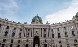 Fasad till St Michael Square av den Hofburg slotten royaltyfria bilder