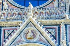 Fasad yttre Mary Saints Statues Cathedral Church Siena Italy Domkyrkan avslutade från 1215 till 1263 royaltyfria foton
