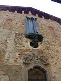 Fasada średniowieczny kościół Świątobliwy duch z nowożytną bronzy rzeźbą Bergamo W?ochy obraz stock