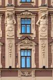 Fasada budynek z antykwarskimi rzeźbami. Fotografia Royalty Free