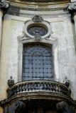 Fasada Dominikańska katedra, Lviv, Ukraina Czerepu okno z metalu balkonem i gril z bliska Zdjęcie Stock