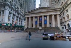Fasada Federacyjny Hall z Waszyngtońską statuą na przodzie, ścienna ulica, Manhattan, Miasto Nowy Jork obrazy stock