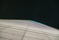 Fasada futurystyczny drapacz chmur nocą Zdjęcie Royalty Free