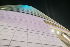 Fasada futurystyczny drapacz chmur nocą Zdjęcie Stock