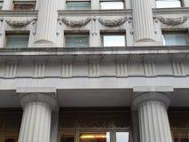 Fasada historyczny kamienny budynek z architektonicznym szczegółem kolumny i ozdobni okno obraz stock