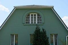 Fasada intymny zielony dom z okno i iglastym drzewem Zdjęcie Stock