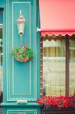 Fasada kawiarnia, dekorująca z świeżymi kwiatami Czerep budynek fotografia royalty free